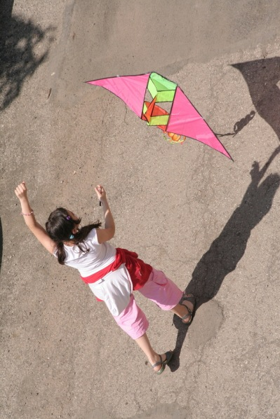a-girl-with-a-pink-kite-1245909-640x960
